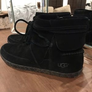 UGG Riley boots in black - size 7